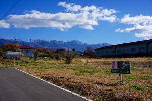 前面道路西側から撮影。八ヶ岳の眺望あり(2020年11月)