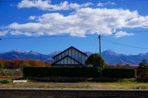 北西側道路から東方向を撮影。八ヶ岳の眺望あり(2020年11月)