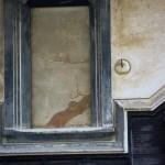 みそ蔵側北の壁。梅の枝に鶯が留まっている様子を描いた鏝絵(こてえ)。