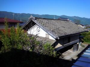 屋根は鉄平石が使用されています