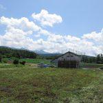 北西側から。八ケ岳を借景に家が建つ(2019年7月撮影)