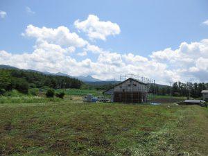 北西側から撮影。八ケ岳を借景に家が建つ(2019年7月)