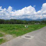 南東側から前面道路・物件と車山を撮影。(2019年8月)