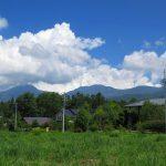 物件北東側に見える蓼科山と北横岳(2019年8月)