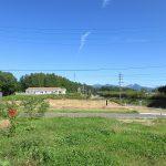 西側から前面道路と物件を撮影。八ケ岳の眺望(2019年9月)