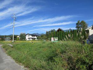 西側道路から物件を撮影。奥には八ケ岳(2019年9月)