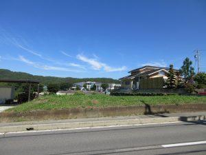 前面道路より北方向を撮影。小泉山が見える。(2019年9月)