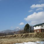 西側からの外観:北東側に蓼科山(2020年3月)