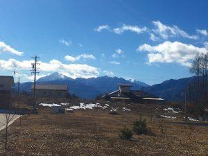 北側から物件を撮影。甲斐駒ケ岳などが見えます(2020年2月)