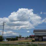 南側から物件を撮影、奥に車山が見える(2020年5月)