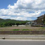 前面道路から北方向を撮影。中学校が見える(2020年5月)