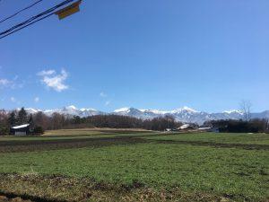 南西側道路から物件を撮影。八ヶ岳の眺望(2020年4月)