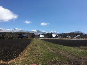南側道路から東方向を撮影。八ヶ岳の眺望(2020年4月)