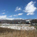 西側からの外観:北東側に蓼科山と北横岳(2020年4月)