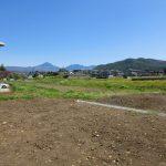 物件北東方向に見える蓼科山。右手前に小泉山。(2021年4月)