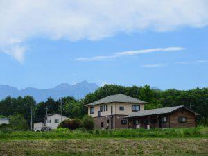 西側から物件と八ヶ岳の眺望を撮影。(2021年5月)
