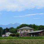 西側から撮影。八ヶ岳が見える(2021年5月)