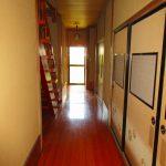 階段前の廊下