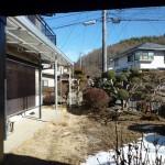 駐車場から見た庭(居間)