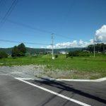 南西側市道からの敷地、奥に山が見える(2017年8月)