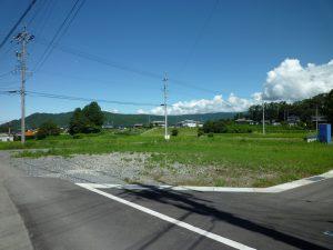 南西側市道からの敷地、奥は大泉山(2017年8月)