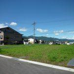 私道から西側を撮影、奥は入笠山(2017年8月)