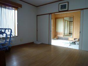 洋室と収納、手前は土間(コンクリート)。