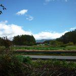現地東側を撮影。道路は八ヶ岳エコーライン(2017年10月23日撮影)