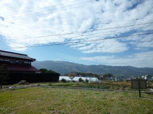 敷地から西方向入笠山を撮影(20017年11月)