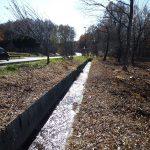 エコーラインと敷地の間に流れる水路(2017年11月)
