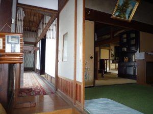 玄関からの廊下と和室