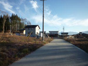 前面道路南方向を撮影。甲斐駒ケ岳の眺望(2018年12月)
