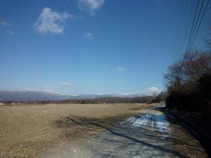西側道路から北方向の蓼科山と車山の眺望(2019年1月)