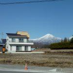南西側道路から撮影・奥は蓼科山(2019年3月)