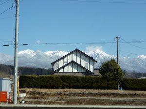 前面道路より東方向を撮影・八ケ岳の眺望(2019年3月)