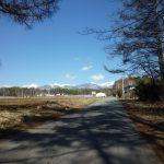 北側隣接道路から東に八ケ岳を望む(2019年4月)